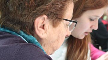 Tecno Yayos: adolescentes profesores y abuelos tecnológicos